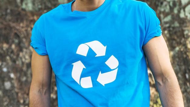 Homem vestindo reciclar t-shirt