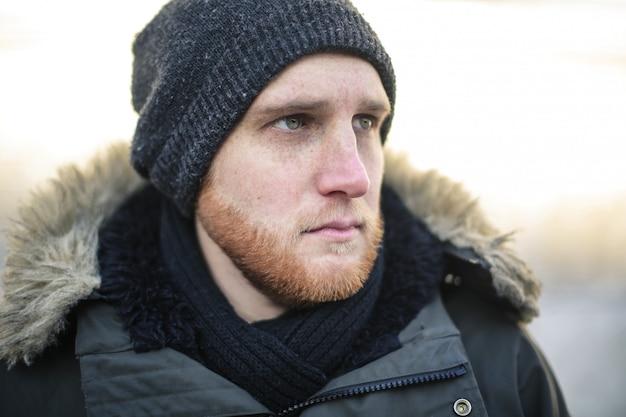Homem vestindo roupas de inverno