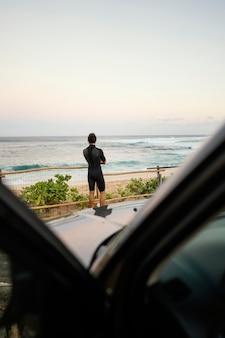 Homem vestindo roupas de surfista - tiro certeiro
