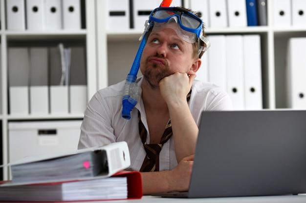 Homem vestindo terno e gravata em óculos com snorkel