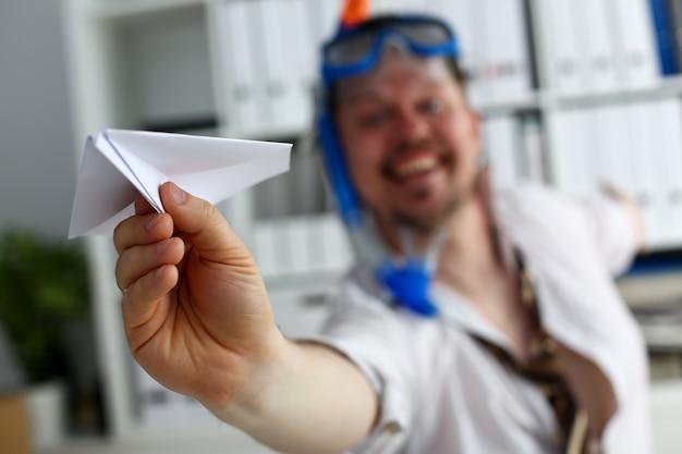 Homem vestindo terno e gravata em óculos e snorkel