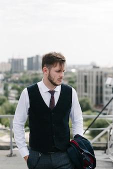 Homem vestindo terno e gravata posando. publicidade masculina.