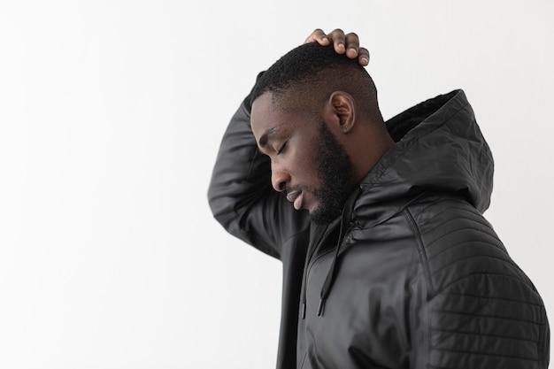 Homem vestindo um capuz preto, o conceito de vida importa