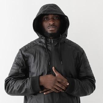 Homem vestindo um moletom com capuz, tiro médio