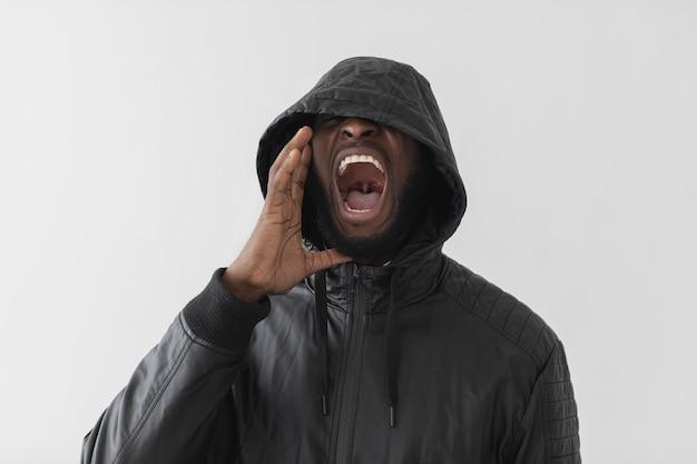 Homem vestindo um moletom e gritando