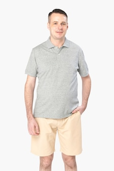 Homem vestindo uma camisa pólo cinza básica, vista frontal