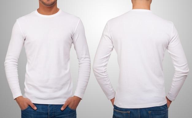 Homem vestindo uma camiseta branca com mangas compridas.