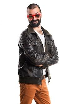 Homem vestindo uma jaqueta de couro