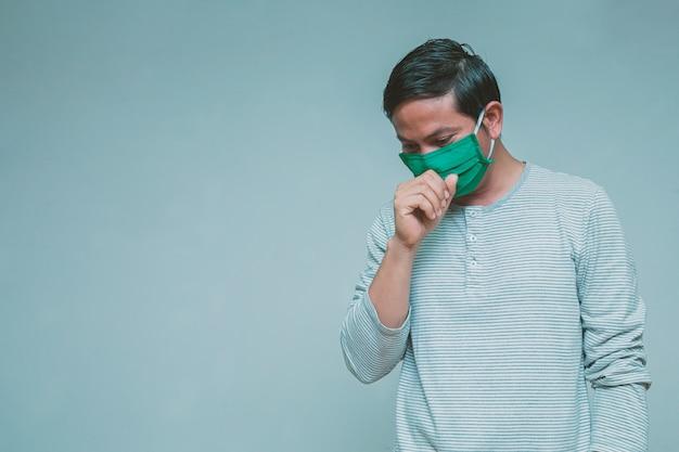 Homem vestindo uma máscara com dor de cabeça