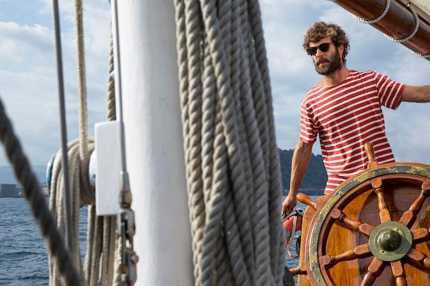 Homem viajando de barco em san sebastian