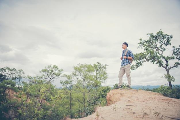 Homem viajando escalando na cimeira da montanha sobre as nuvens viagem estilo de vida sucesso conceito aventura férias ativas exterior esporte extremo