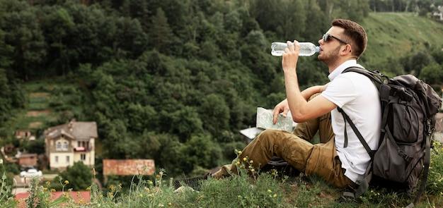 Homem viajando sozinho água potável
