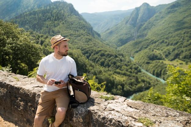 Homem viajando sozinho em montenegro