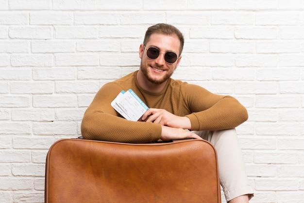 Homem viajante com mala e cartão de embarque