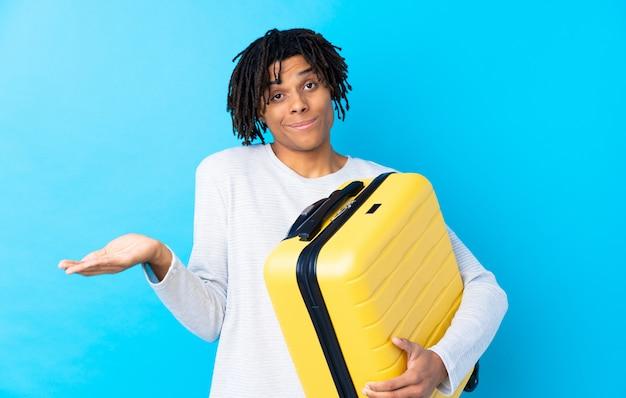 Homem viajante com mala