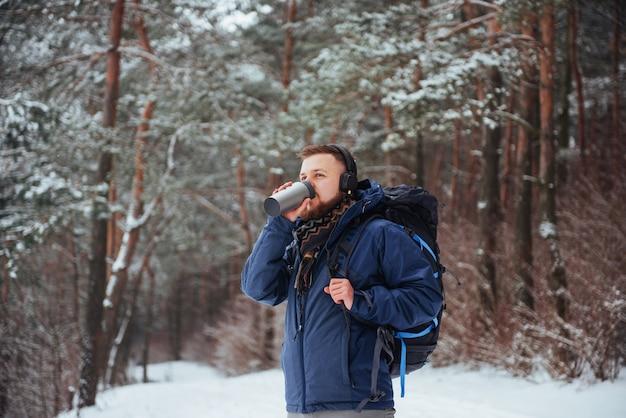 Homem viajante com mochila caminhadas viagens estilo de vida aventura ativo férias ao ar livre. floresta bela paisagem