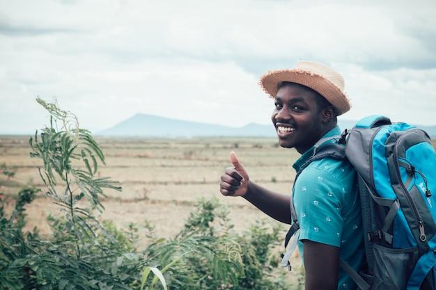 Homem viajante com mochila na vista da montanha