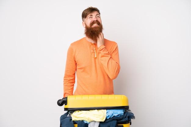 Homem viajante com uma mala cheia de roupas sobre parede branca, pensando uma idéia