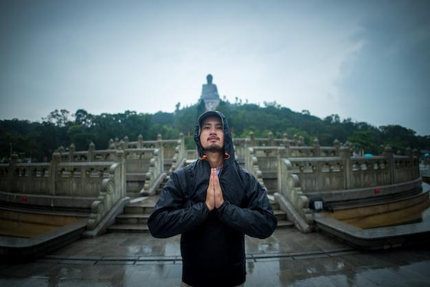 Homem viajante em hong kong