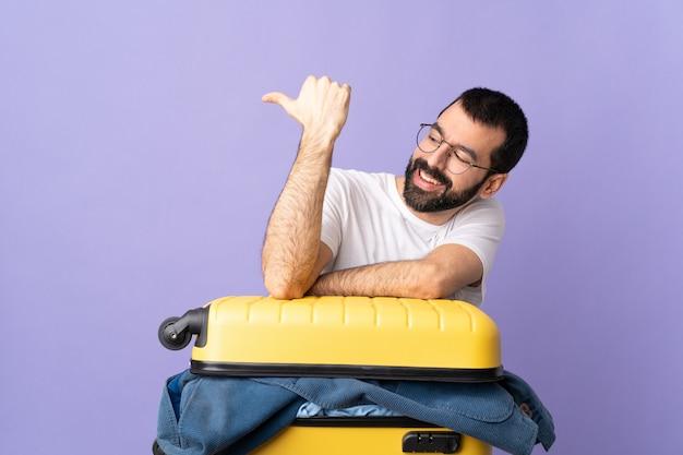 Homem viajante na parede pastel