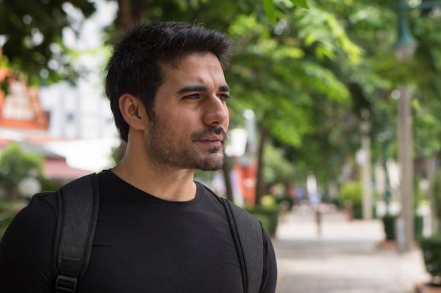 Homem viajante viajando, modelo sul asiático