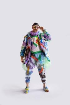 Homem viciado em vendas e roupas usando conceito de reciclagem de plástico