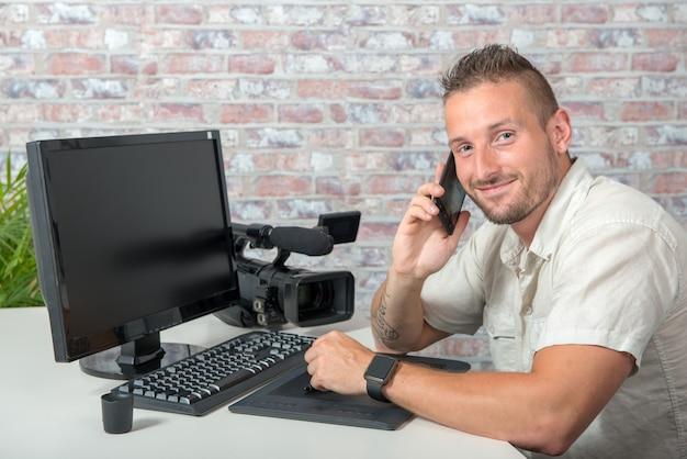 Homem, vídeo, editor, usando, tablete gráfico, e, telefone