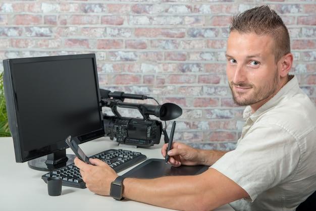 Homem, vídeo, editor, usando, tablete gráfico