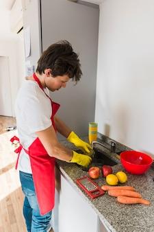 Homem, vidro lavando, com, frutas frescas, ligado, contador cozinha