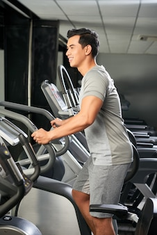 Homem vietnamita bonito no ginásio