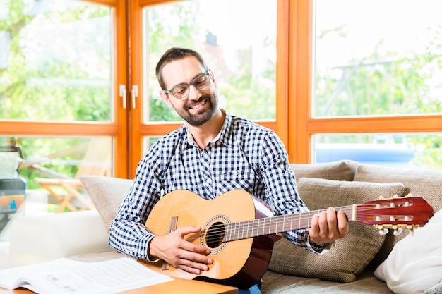 Homem, violão jogo, casa