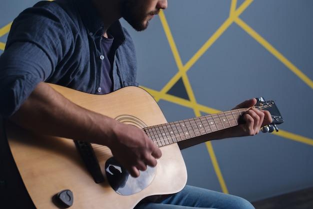 Homem, violão jogo, close-up