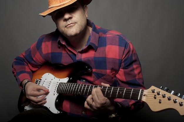 Homem, violão jogo