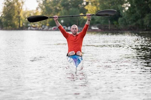 Homem vista frontal, em, canoa, segurando, remo