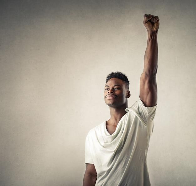 Homem vitorioso, levantando o braço