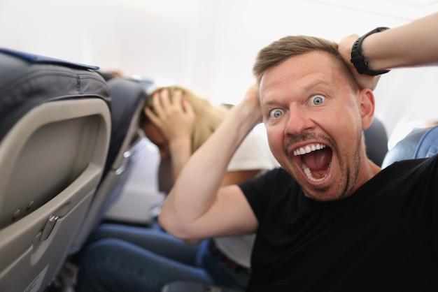 Homem voando em um avião e gritando de medo