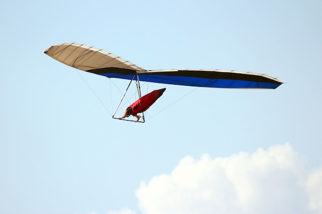 Homem voando em uma asa delta