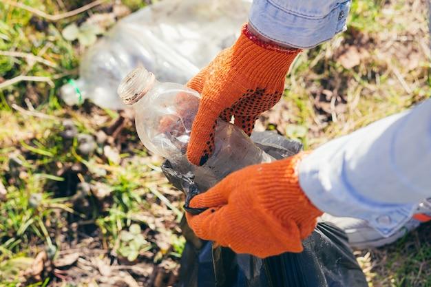 Homem voluntário catando lixo no parque e na floresta