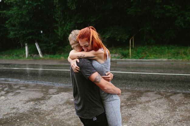 Homem vomita a namorada na chuva