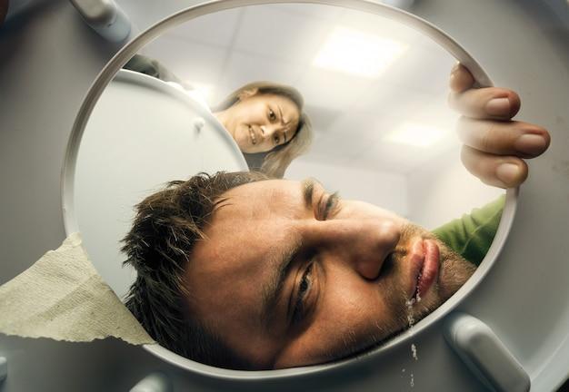 Homem vomitando no vaso sanitário