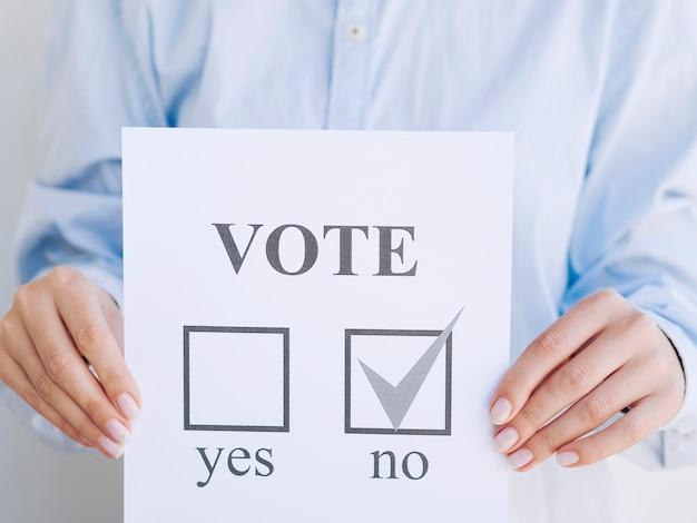 Homem votando não em um referendo