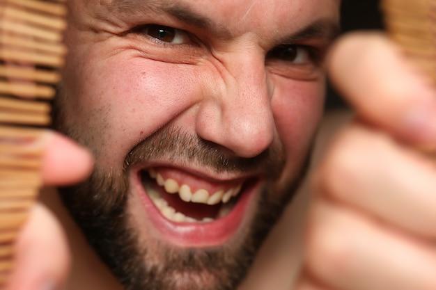 Homem zangado com o ciumento