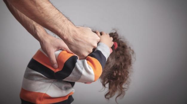 Homem zangado e uma menina. violência doméstica