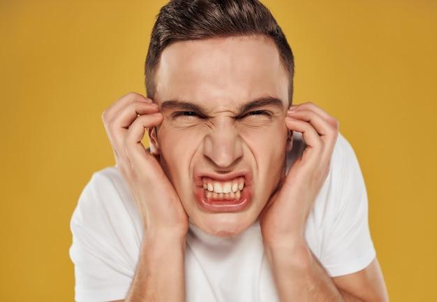Homem zangado em uma camiseta branca emoções descontentamento estúdio