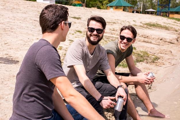 Homens adultos, tendo, tempo bom, ligado, praia
