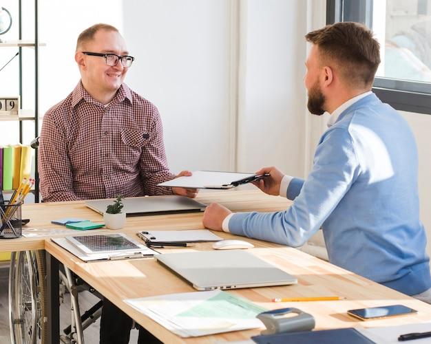 Homens adultos trabalhando juntos no escritório