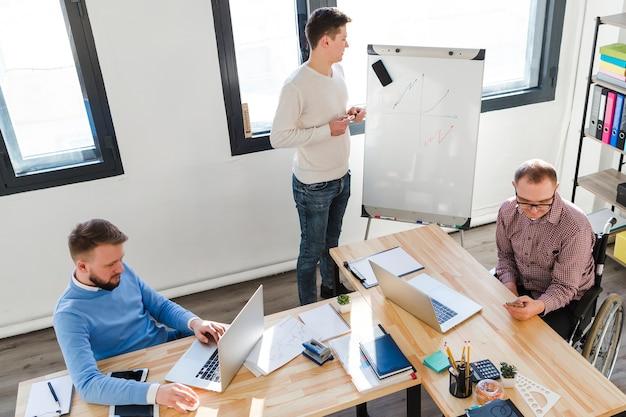 Homens adultos trabalhando juntos no projeto