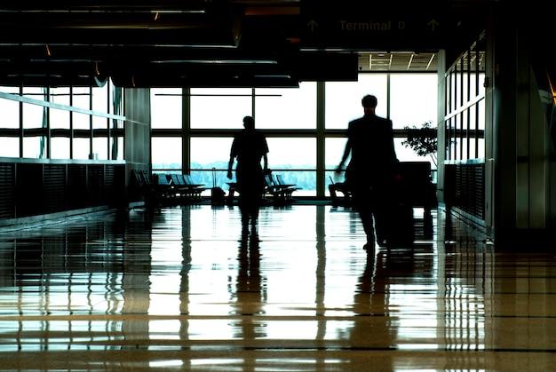 Homens, andar, com, bagagem, ligado, aeroporto, terminal