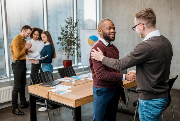 Homens apertando a mão em acordo após uma reunião