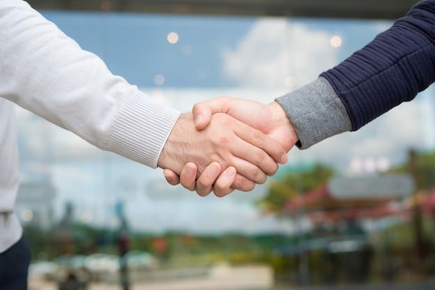 Homens apertando as mãos. empresário confiante apertando as mãos